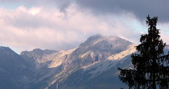 Pogoda w Tatrach nie sprzyja wędrówkom. Na górskich szczytach od rana jest deszczowo, wieje silny wiatr, a temperatura spadła do zaledwie kilku stopni powyżej zera.