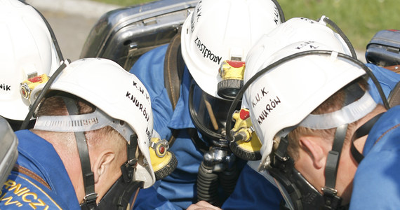 Będą dodatkowe szkolenia górników korzystających z tlenowych aparatów ucieczkowych. To urządzenie ratuje życie, a wykorzystywane jest przy ewakuacji z zagrożonych miejsc w kopalniach. Wyższy Urząd Górniczy dostał właśnie wyniki kontroli tych aparatów. Są dobrej jakości. Wiosną górnicy skarżyli się, że urządzenia mają usterki.