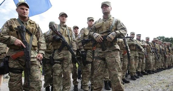 Dwóch ukraińskich oficerów wysadziło się w powietrze, zabijając 12 rosyjskich żołnierzy, którzy chcieli wziąć ich do niewoli. Rosyjskie czołgi dotarły pod Mariupol, portową miejscowość położoną nad brzegiem Morza Azowskiego - twierdzi agencja prasowa Unian oraz jedna z ukraińskich telewizji. O poranku separatyści zgodzili się na otwarcie korytarza humanitarnego dla otoczonych oddziałów armii ukraińskiej, o co zaapelował prezydent Rosji.