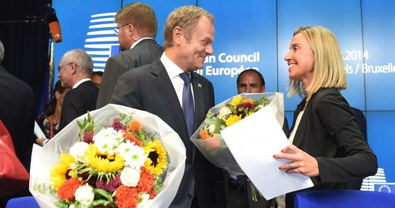 """""""Donald Tusk został wybrany na szefa Rady Europejskiej"""" - podał w sobotę tuż przed godziną 19.30 na Twitterze Herman van Rompuy. Według kalendarza prac UE, premier Tusk ma objąć swą funkcję 1 grudnia i będzie sprawował urząd przez 2,5 roku. W swoim pierwszym wystąpieniu Tusk deklarował budowanie kompromisów, wychodzenie naprzeciwko trosk Wielkiej Brytanii, a także działania pozwalające łączyć dyscyplinę fiskalną i wzrost."""