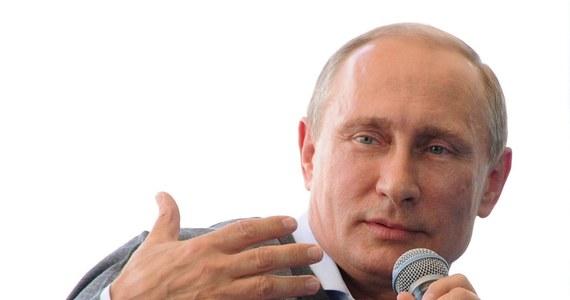 Aby zażegnać konflikt w południowo-wschodniej Ukrainie, władze w Kijowie powinny negocjować z Noworosją, a nie Rosją, bo nie jest to konflikt między Ukrainą i Rosją, lecz konflikt wewnątrzukraiński - twierdzi rzecznik Kremla Dmitrij Pieskow. W ten sposób doprecyzował wcześniejszą wypowiedź Władimira Putina. W wywiadzie dla telewizji państwowej Kanał 1 prezydent Rosji stwierdził, że uzgodnił z ukraińskim prezydentem Petrem Poroszenką rozwiązanie kryzysu.
