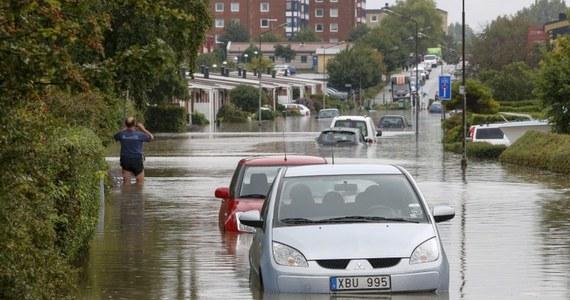 Zakłócenia w ruchu kolejowym i zablokowane drogi w Szwecji i Danii to rezultat obfitych opadów deszczu i wywołanych gwałtownymi burzami powodzi. Na pomoc pasażerom zalanych aut wezwano ekipy nurków.