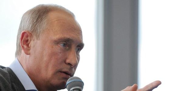 """Komisja Europejska pracuje już nad propozycjami nowych sankcji przeciwko Rosji, zgodnie z tym, co w sobotę zlecili jej przywódcy krajów UE. Prezydent Rosji Władimir Putin wyraził nadzieję, że w sprawie sankcji Zachodu wobec Rosji i odpowiedzi na nie zwycięży zdrowy rozsądek i nastąpi powrót do współpracy w """"zwykłym trybie""""."""
