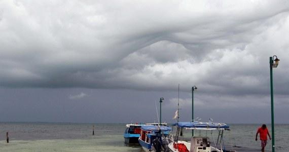 Meksyk szykuje się na atak tropikalnego sztormu Dolly, który ma dotrzeć w nocy z wtorku na środę, czasu lokalnego, do północno-wschodnich wybrzeży tego kraju. Władze odwołały zajęcia w szkołach i przygotowują tymczasowe schrony.