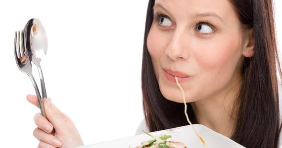 """Wszystkie diety stosowane przez osoby pragnące stracić na wadze przynoszą zbliżone rezultaty. Ważniejsze niż wybór konkretnej diety jest jej konsekwentne przestrzeganie - wynika z ustaleń naukowców ogłoszonych w """"Journal of the American Medical Association"""". Pisze o nich portal BBC News."""