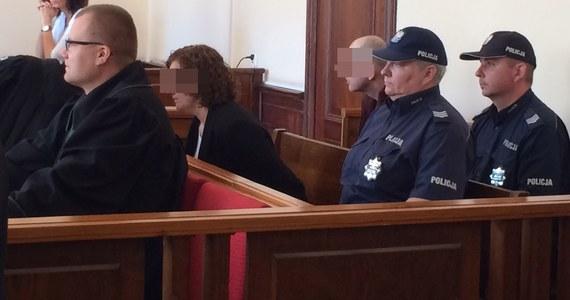 Jest wyrok w procesie ws. śmierci dwójki dzieci z rodziny zastępczej w Pucku. Sąd w Gdańsku skazał na dożywocie zastępczą matkę, a jej męża na 5 lat więzienia.