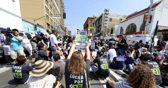 Pracownicy barów szybkiej obsługi wyszli na ulice 150 amerykańskich miast. Domagali się podniesienia do co najmniej 15 dol. stawki godzinowej oraz prawa do zrzeszania się w związkach zawodowych. Kilkadziesiąt osób trafiło do aresztów.
