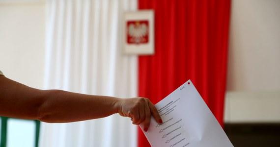 Od północy z piątku na sobotę do zakończenia niedzielnego głosowania w wyborach uzupełniających do Senatu obowiązuje cisza wyborcza. Surowe kary czekają na tych, którzy chcieliby w jakikolwiek sposób wpłynąć na wynik wyborów na Śląsku, Mazowszu i w województwie świętokrzyskim.