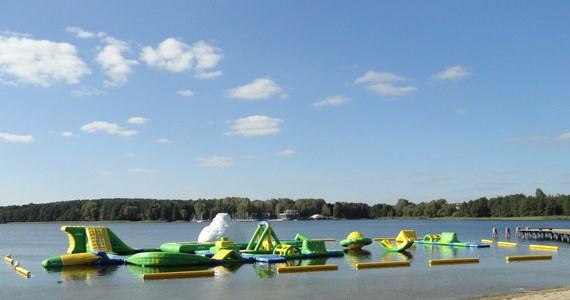 Na olsztyńskim jeziorze Krzywym trwają testy wodnego placu zabaw. To gigantyczna, dmuchana konstrukcja, która składa się m.in. z katapult, skoczni i przeszkód. Pływający plac zabaw w Olsztynie będzie największym takim obiektem w kraju.