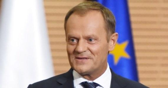 """""""Dzwoni do mnie Jaceniuk i pyta, czy nie przysłałbym mu helikopterów, a ja nie wiem, czy pyta mnie jako polskiego premiera czy szefa Rady Europejskiej"""" – miał powiedzieć do działaczy Platformy Obywatelskiej premier Donald Tusk. """"Powinienem jak najszybciej przestać być szefem rządu. Bo występuję w rolach niepołączalnych"""" – cytuje wypowiedź szefa rządu tygodnik """"Wprost""""."""