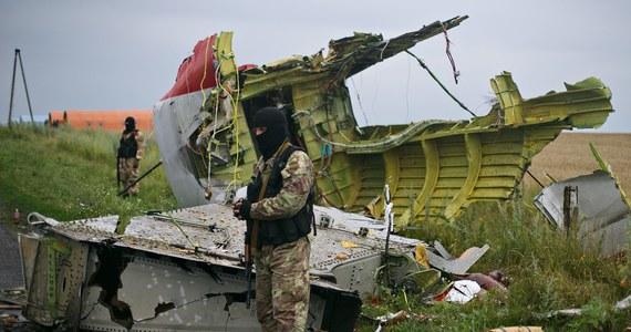 """Możliwą przyczyną katastrofy Boeinga 777 malezyjskich linii lotniczych na wschodniej Ukrainie było uderzenie samolotu przez """"dużą liczbę obiektów z zewnątrz"""" o dużej szybkości - poinformowała holenderska komisja badająca katastrofę z 17 lipca. Holenderska Rada ds. Bezpieczeństwa w raporcie nie wskazuje winnych. Odpowiedzialnych za tragedię ma ustalić prokuratura."""