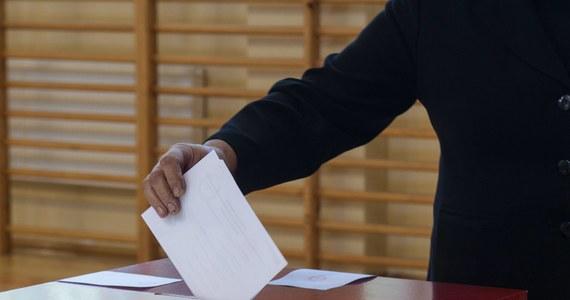 Miejsce Donalda Tuska w Sejmie zajmie Ewa Czeszejko-Sochacka, złapana w 2011 roku na porysowaniu lakieru auta, które utrudniało jej parkowanie. Odejście Elżbiety Bieńkowskiej spowoduje zaś konieczność przeprowadzenia kolejnych wyborów uzupełniających na Śląsku. To parlamentarne skutki objęcia przez premiera i panią wicepremier wysokich stanowisk w UE.