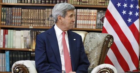 """Amerykański sekretarz stanu John Kerry niespodziewanie odwiedził Bagdad. Zapowiedział, że strategia USA w walce przeciwko Państwu Islamskiemu będzie miała """"globalny i szeroki"""" charakter. Obejmie też """"restrukturyzację armii irackiej""""."""
