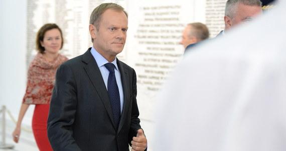 """""""Bierzcie się do roboty, bo teraz to wy za wszystko odpowiadacie"""" – tak według Janusza Piechocińskiego (54 l.) miał powiedzieć Donald Tusk (57 l.) podczas ostatniego spotkania koalicyjnego. I rzeczywiście – Tusk na Parkowej coraz rzadziej rozmawia o nowym rządzie. Za to bawi się do późna – pisze """"Fakt.pl""""."""