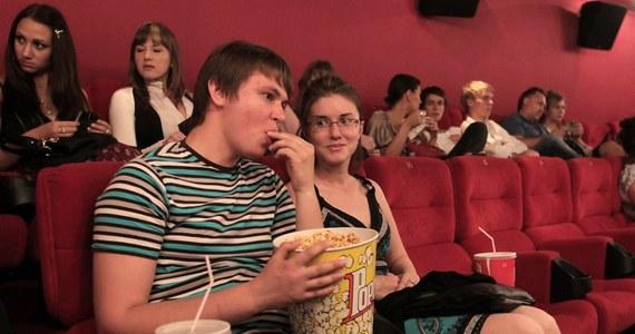 Słyszałem kiedyś taką opinię, że dziś w kinie nie o filmy chodzi… Kina powstają tam, gdzie z pewnością uda się sprzedać popcorn i colę. Wydaje się, że większość z nas ulega zaprojektowanemu przez marketingowców mechanizmowi, niczym szczury melodii flecisty z Hameln w baśni braci Grimm. A zatem: jeść czy nie jeść podczas seansu? Spróbujmy odpowiedzieć dziś na te i inne pytania.