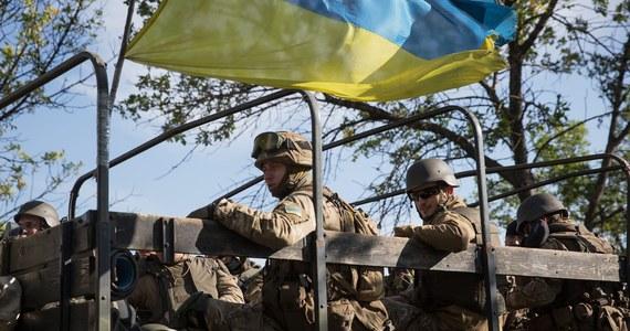 Znów zaczęły się walki o lotnisko w Doniecku we wschodniej Ukrainie. Trwa artyleryjska kanonada, nad lotniskiem unosi się chmura czarnego dymu. Ostrzał trwa mimo ogłoszonego ponad tydzień temu zawieszenia broni w tym regionie.