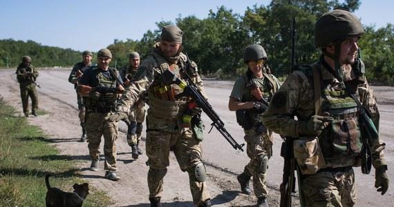 Siły ukraińskie odparły szturm bojowników prorosyjskich na lotnisko w Doniecku - informują władze w Kijowie. Według nich, mimo obowiązującego od ponad tygodnia rozejmu, w wielu miejscach separatyści ostrzeliwują pozycje ukraińskie.