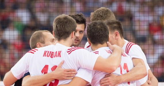 Polscy siatkarze awansowali do czołowej szóstki mistrzostw świata po porażce USA z Argentyną. Przepustkę zawdzięczają porażce Amerykanów, którzy również występują w grupie E. Biało-czerwonych czeka jednak jeszcze dziś mecz z Francją. Spotkanie w łódzkiej Atlas Arenie rozpocznie się o 20.25.