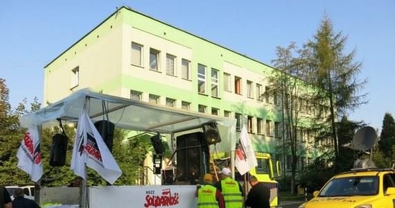Przy dźwięku werbli i trąbek około 2 tysiąc osób maszeruje ulicami Katowic w obronie kopalni Kazimierz-Juliusz. Górnicza manifestacja przeniosła się z Sosnowca do stolicy województwa.
