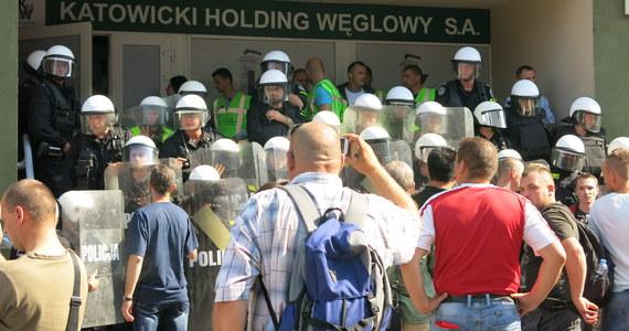 Około 30 policjantów stanęło na schodach budynku Katowickiego Holdingu Węglowego. Funkcjonariusze odepchnęli demonstrantów, którzy próbowali wtargnąć do środka. Pozostałą grupę górników otoczyli. 2 tysiące osób walczyło o przyszłość kopalni Kazimierz-Juliusz.