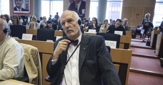 """Szef europarlamentu Martin Schulz ukarał polskiego europosła Janusza Korwin-Mikkego za niestosowną wypowiedź o """"Murzynach Europy"""", która padła podczas sesji Parlamentu Europejskiego 16 lipca. Europoseł został pozbawiony diet za 10 dni, czyli 3 040 euro. Komentując decyzję szefa PR, mówił o """"zemście socjalisty na antysocjaliście"""", a także, że """"przodkowie pana Schulza obrabowali mojego ojca na wiele większe sumy, niż pan Schulz mnie""""."""