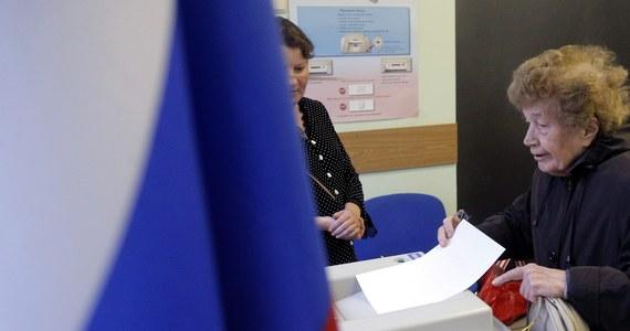 """10 kandydatów uzyskało... ponad 100 proc. głosów w Petersburgu, gdzie w niedzielę wybierano m.in. deputowanych w okręgach municypalnych. Wykazała to """"totalna kontrola"""" rezultatów w obwodach wyborczych w Petersburgu - powiedział przewodniczący Centralnej Komisji Wyborczej (CKW) Federacji Rosyjskiej Władimir Czurow, którego cytuje radio RSN (Russkaja Służba Nowostiej)."""