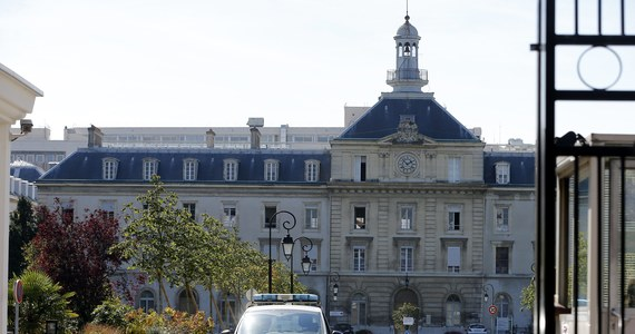 """Pierwsza Francuzka zarażona wirusem Ebola – pielęgniarka z organizacji """"Lekarze Bez Granic"""" - przetransportowana została w nocy z Liberii do ojczyzny w atmosferze skandalu. Organizacja oskarża francuski rząd o nieudolność."""