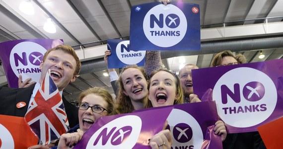 """""""Szkoci zaprotestowali przeciwko rządowi w Westminsterze"""" – mówi o wynikach referendum w Szkocji brytyjski dramaturg Nick Dear. W czwartek przy urnach za niepodległością opowiedziało się 1 mln 617 989 Szkotów. Szkocja zostaje jednak w Koronie. """"Referendum z perspektywy czasu postrzegane będzie jako punkt zwrotny dla rządu"""" – mówi rozmówca korespondenta RMF FM w Londynie Bogdana Frymorgena."""