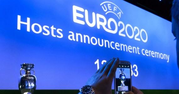 Londyn będzie gospodarzem finału i półfinałów piłkarskich mistrzostw Europy 2020 - ogłosiła w Genewie UEFA. Spotkania ćwierćfinałowe zostaną rozegrane w Baku, Monachium, Rzymie i Petersburgu. W sumie mistrzostwa Starego Kontynentu zorganizuje 13 miast.