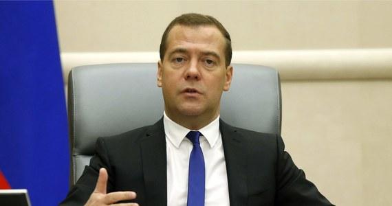 """Premier Rosji Dmitrij Miedwiediew oświadczył w Soczi, że przeciwnicy Moskwy chcą odizolować ją od reszty świata. Zapowiedział strategiczny zwrot w stronę Azji. """"Strategia Rosji w Azji to nie """"bezmyślna zemsta na Europie"""", lecz świadoma droga rozwoju"""" - dodał."""
