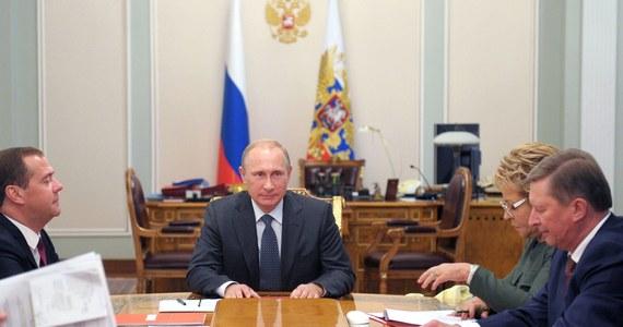 Rosyjski minister rozwoju gospodarczego Aleksiej Ulukajew oświadczył, że Rosja odczuje skutki zachodnich sankcji gospodarczych dopiero w latach 2016-2017. Wyraził też opinię, że Zachód raczej nie będzie nakładał już nowych ograniczeń.