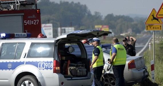 Tragiczny wypadek na krajowej drodze nr 28 na Podkarpaciu. Auto osobowe zderzyło się z busem. Dwie osoby nie żyją, a dziewięć jest rannych.