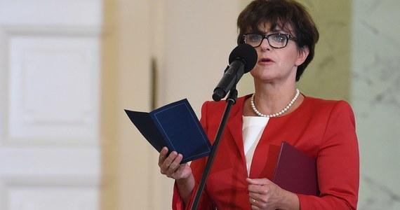 """""""Jeśli ktoś uważa, że deklaracja wiary jest dobrą propozycją, musi też uszanować deklaracje innych wiar. Wyobraźmy sobie, że na terenie tej samej szkoły spotyka się także Muzułmanin, Żyd i ateista i każdy podpisuje własną deklarację wiary. Ja naprawdę nie wiem, co na końcu z tego by było"""" - mówi minister edukacji Joanna Kluzik-Rostkowska, odpowiadając na pytania słuchaczy RMF FM. """"Uważam, że szkoła powinna być światopoglądowo neutralna. To wynika wprost z konstytucji. Wszyscy, bez względu na przekonania, mamy takie same prawa i obowiązki"""" - tłumaczy."""