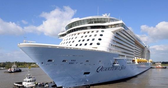 """Największy zbudowany w Niemczech statek wycieczkowy, """"Quantum of the Seas"""", opuścił w poniedziałek stocznię w Papenburgu w Dolnej Saksonii, kierując się rzeką Ems ku Morzu Północnemu.  To trzecia co do wielkości tego typu jednostka na świecie."""