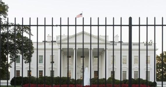 """Omar Gonzalez, 42-latek, który w piątek sforsował ogrodzenie Białego Domu i wtargnął do jego wnętrza, miał w samochodzie ponad 800 sztuk amunicji - poinformowała prokuratura federalna w Waszyngtonie.  Według śledczych Gonzalez, emerytowany sierżant armii USA i weteran kampanii w Iraku, powiedział po zatrzymaniu agentowi Secret Service, że """"jest zaniepokojony, bo atmosfera się wali"""", i musi przekazać tę informację prezydentowi."""