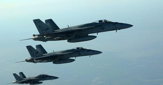 Doszło do ataków lotniczych i rakietowych na pola naftowe w prowincji Dajr az-Zaur na wschodzie Syrii. Są ofiary - poinformowało Syryjskie Obserwatorium Praw Człowieka. Prowincja Dajr az-Zaur jest niemal w całości kontrolowana przez dżihadystów z Państwa Islamskiego.
