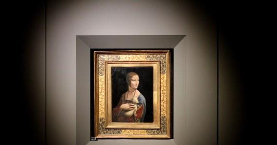 """""""Dama z gronostajem"""" Leonarda da Vinci ukazuje oryginalne tło, mimo że zostało zamalowane przez artystę. Tę nieznaną dotąd informację potwierdza Muzeum Narodowe w Krakowie - opiekun dzieła. """"Ja myślę, że ten obraz zawsze będzie krył tajemnice"""" - mówi w rozmowie z reporterem RMF FM Janusz Czop z muzeum. Także konserwatorzy przyznają, że informacje francuskiego naukowca o tym, iż Leonardo da Vinci zmienił wizerunek gronostaja, mogą być prawdziwe."""