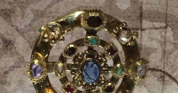 Warty kilka milionów euro Skarb Średzki można oglądać w Muzeum Narodowym we Wrocławiu. Kolekcja została właśnie uzupełniona o trzy, wcześniej niepokazywane elementy. Dwa fragmenty korony i pierścień śledczy odzyskali w 2005 roku z prywatnych rąk.