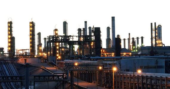 """Stany Zjednoczone wyprzedziły w ubiegłym miesiącu Arabię Saudyjską i stały się największym producentem ropy naftowej na świecie - donosi """"Rzeczpospolita"""". Ostatni raz USA przodowały w tej dziedzinie w 1957 roku."""