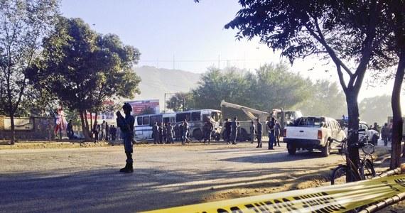 Samobójczy zamach na wojskowy autokar w stolicy Afganistanu, Kabulu. Zginęły trzy osoby, a 10 zostało rannych. To już czwarty poważny atak od zaprzysiężenia w poniedziałek nowego prezydenta.