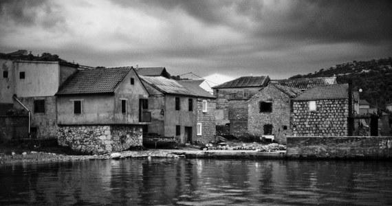 Nie chciałem lecieć do Chorwacji. Przez lata udawałem, że nie istnieje. Znajomi mówili - jedź, to piękny kraj. Cudowne morze, słońce i murowana pogoda. Dla mnie Bałkany były wyrostkiem robaczkowym Europy. Już raz pękł, a jego zatruta krew zalała nie tylko piękne, chorwackie góry. Zanim zakrzepła, utopiła Bośnię i Serbię. Nie miałem skojarzeń z wakacjami. Wojna w Jugosławii pochłonęła ćwierć miliona ludzkich istnień. Wywołał ją potwór nacjonalizmu, który za życia Tito udawał, że śpi. Ten dramat o antycznych proporcjach rozegrał się w XX wieku, u stóp Europy, w samym środku mojego życia. Stał się dla mnie bolesną cezurą. Dlatego przez lata nie chciałem jechać do Chorwacji.