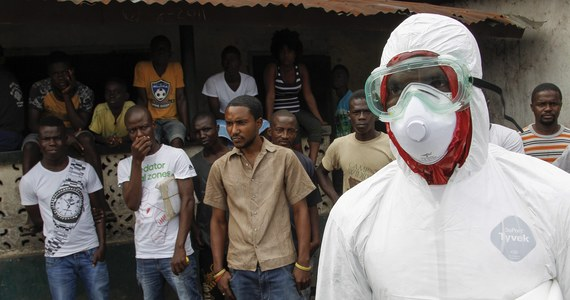 Władze sanitarne w Teksasie poinformowały, że aż 100 osób mogło mieć kontakt z zarażonym wirusem Ebola mężczyzną, który niedawno przyleciał z Liberii. Do tej pory mówiono jedynie o 18 takich przypadkach - podała stacja NBC News.