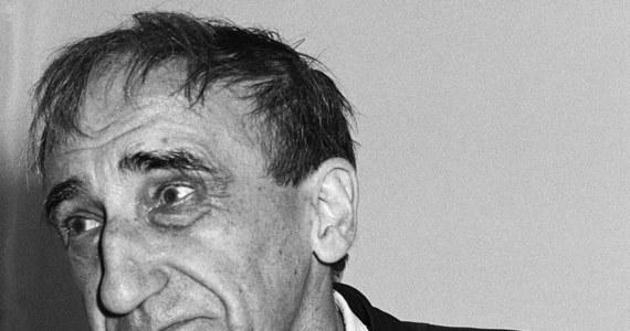 """""""Jeszcze nie umilkły echa hucznego otwarcia muzeum wybitnego artysty, a już mamy skandal. Spadkobierczynie praw do twórczości Tadeusza Kantora żądają kilkuset tysięcy złotych za zgodę na wystawianie jego dzieł"""" – donosi """"Dziennik Polski"""". """"Brak umowy licencyjnej ze spadkobierczyniami wybitnego artysty może uniemożliwić wystawianie jego dzieł"""" - wyjaśnia."""