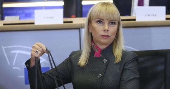 """Elżbieta Bieńkowska była podczas przesłuchania bardzo pewne siebie. Zapewniała na przykład, że świetnie zarządza ludźmi i świetnie sprawdza się w działaniu. """"Powinna troszeczkę stonować"""" - zauważył komentator prestiżowego, belgijskiego """"Le Soir"""", Jurek Kuczkiewicz."""