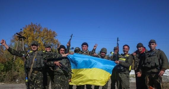 """Niemieccy spadochroniarze przygotowują się w ośrodku szkolenia w Seedorf do akcji, której celem ma być ochrona pracowników OBWE podczas nadzorowania przez nich zawieszenia broni na Ukrainie - podał w piątek niemiecki tabloid """"Bild"""". """"Niemieckie ministerstwo obrony przewiduje udział w tej operacji 200 żołnierzy Bundeswehry. 150 z nich ma kontrolować strefę kryzysu na Ukrainie za pomocą dronów, 50 dalszych ma ubezpieczać akcję"""" - czytamy na stronie internetowej dziennika."""