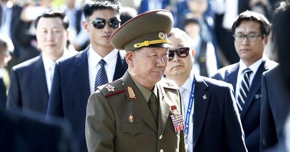 Niespodziewane działanie Pjongjangu. Trzej wysocy rangą przedstawiciele władz Korei Płn. przybyli do Korei Płd., by wziąć udział w uroczystościach kończących igrzyska azjatyckie. Ta rzadka wizyta może przynieść przełom w napiętych dotychczas stosunkach między krajami - pisze Reuters. Informację przekazano dzień po ogłoszeniu przez jeden z think-thanków z Seulu, że władzę w Korei Płn. przejęła siostra Kim Dzong Una.