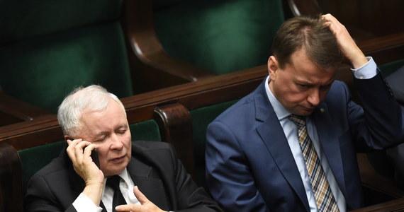 """Polska musi rozwijać się szybciej niż obecnie, polska gospodarka musi być innowacyjna, trzeba postawić na polską naukę - oświadczył prezes PiS Jarosław Kaczyński podczas warszawskiej konwencji partii. Odniósł się też do treści expose Ewy Kopacz. """"Zapowiedziała cud, polegający na tym, że w ciągu roku zrealizowane zostanie to wszystko, co nie zostało zrealizowane w ciągu siedmiu lat"""" - mówił."""