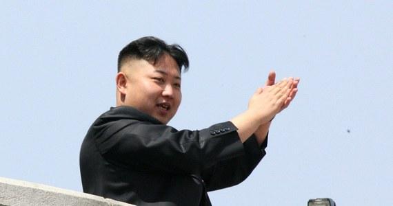 """Wysoki przedstawiciel północnokoreańskiej partii komunistycznej zapewnił w czasie wizyty w Korei Południowej, że Kim Dzong Un nie ma żadnych problemów ze zdrowiem - podały południowokoreańskie źródła. Kilka dni temu pojawiła się informacja, że przywódca Korei """"odczuwa dyskomfort"""". Nie wyjaśniono jednak, na czym on polega."""
