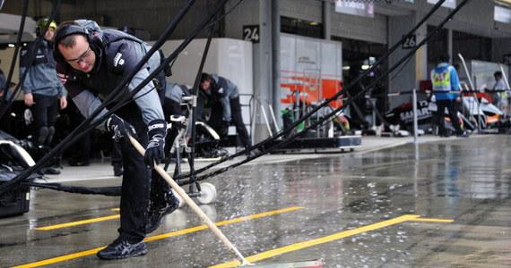 Z powodu ulewnego deszczu po zaledwie dwóch okrążeniach przerwany został wyścig Formuły 1 o Grand Prix Japonii na torze Suzuka. Kilkanaście minut później rywalizację wznowiono.