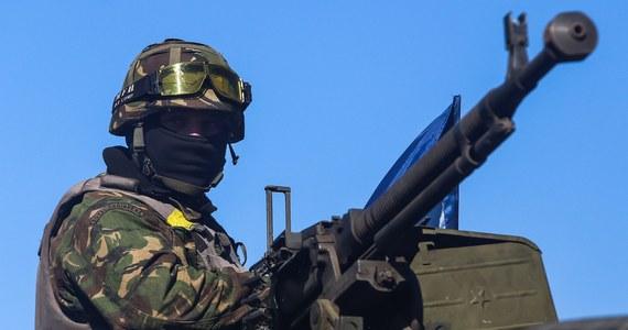 Dwóch zabitych cywilów i dwóch poległych żołnierzy - to bilans strat na wschodzie Ukrainy, gdzie obowiązuje od miesiąca zawieszenie broni. Jak podają władze miasta Donieck, osiem osób cywilnych zostało rannych w wyniku ostrzału artyleryjskiego dzielnic mieszkalnych.
